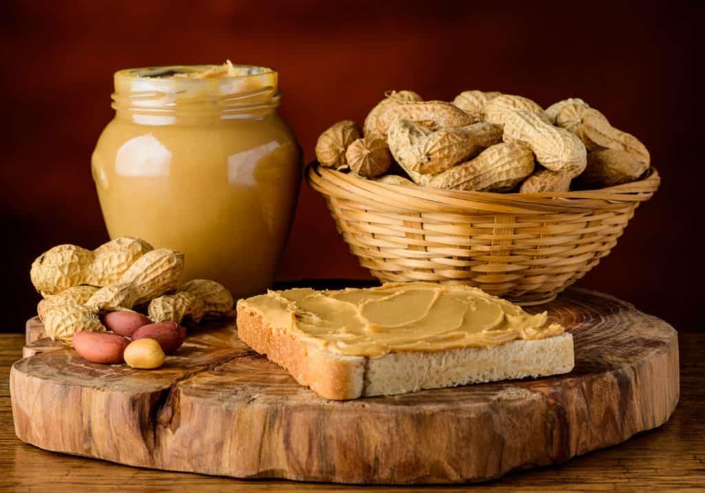 Pindakaas is een van de twee hoofdingrediënten van deze koolhydraatarme snack.