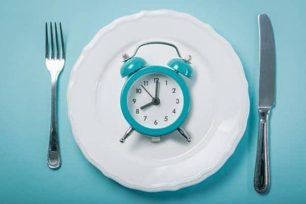Intermittent fasting kan goed helpen bij afvallen en buikvet