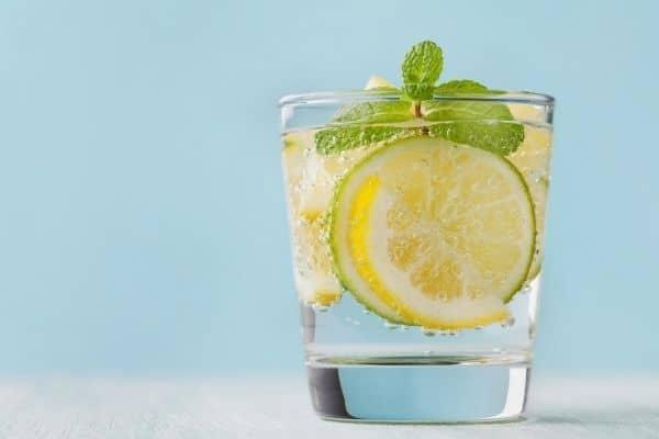 Water met citroen helpt je van je buikvet af