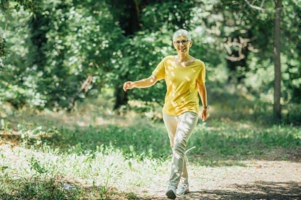 Door te wandelen tijdens de overgang bevorder je de stofwisseling. Dit maakt afvallen makkelijker.