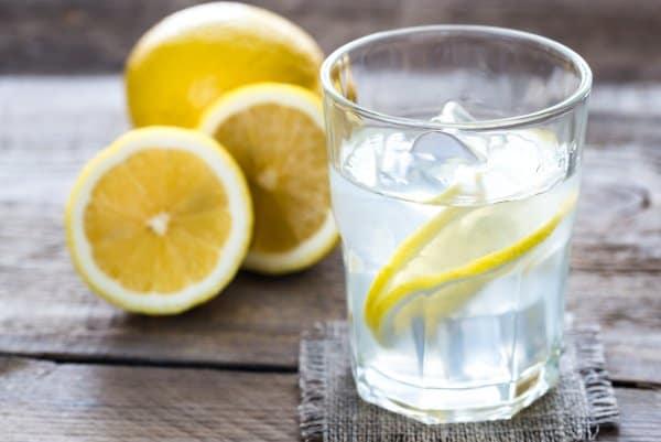 Water met citroen bevat weinig calorieën en helpt je dus met afvallen.