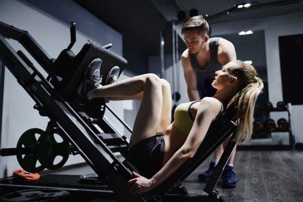 Strakke benen bouw je in de sportschool