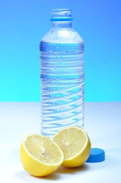 Water met citroen helpt met hydrateren.