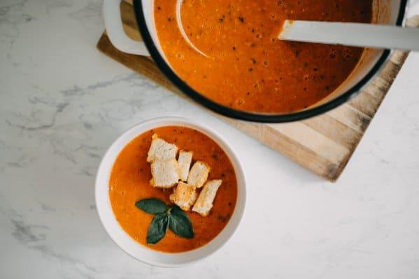 Deze koolhydraatarme tomatensoep is het perfecte voorgerecht tijdens kerst!