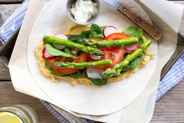 Gezonde lente humus wraps