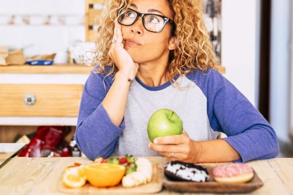 Vrouw die aan het vasten is met appel