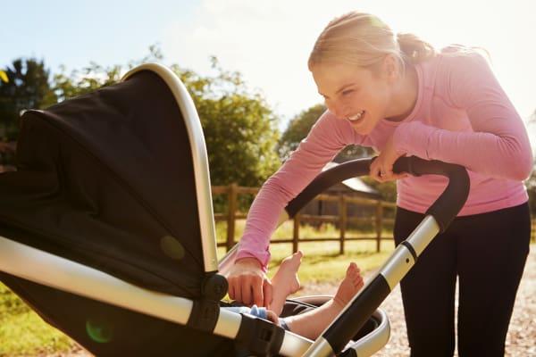 Als je wil afvallen na zwangeschap dan is wandelen met je baby een goede optie!