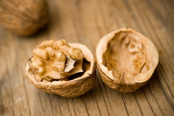 Een handje walnoten bevat veel calorieën. Dit is niet handig voor afvallen.