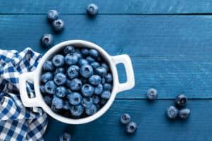 Verse blauwe bessen gezond om te eten